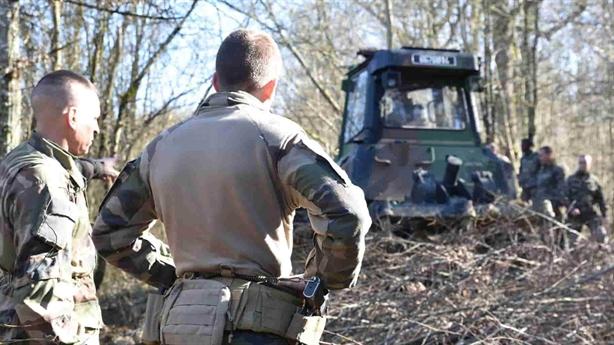 Xe VBCI Pháp nhờ xe ủi giải cứu khi diễn tập