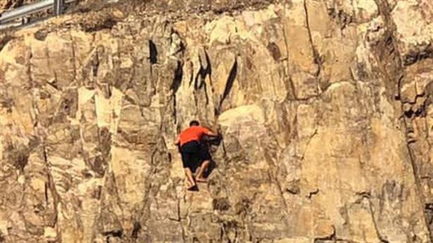 Clip thanh niên rơi từ độ cao 30m khi leo đồi