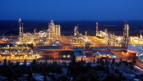 Vì sao giá xăng dầu trong nước tính giá quốc tế?