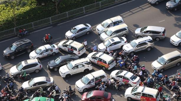 Cấm xe máy, sao không cấm ô tô?