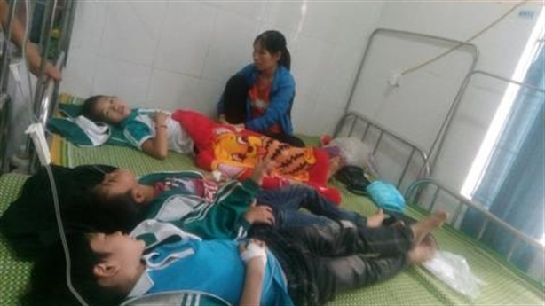 Hàng chục học sinh nhập viện sau khi uống sữa học đường