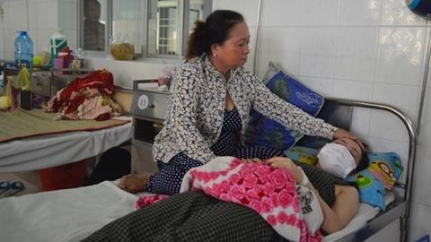 Giận trường không nhận dạy con, phụ huynh đánh cô nhập viện