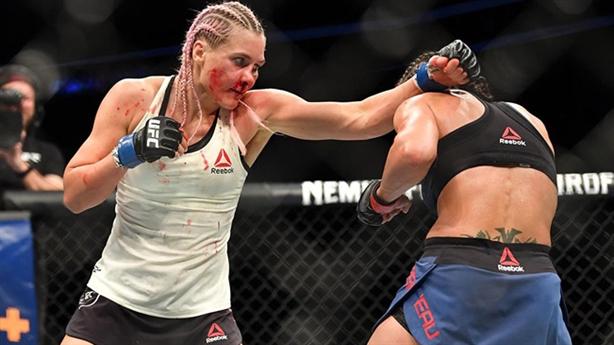 Nữ võ sĩ Nga bị đấm gãy mũi vẫn giành chiến thắng
