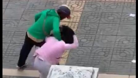 Chồng đánh, mắng vợ bầu 8 tháng trước mặt con nhỏ