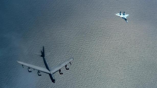 Su-27 mang vũ khí ép B-52H phải đổi hướng bay