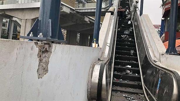 Tường, vách cầu thang đường sắt Cát Linh nứt, vỡ