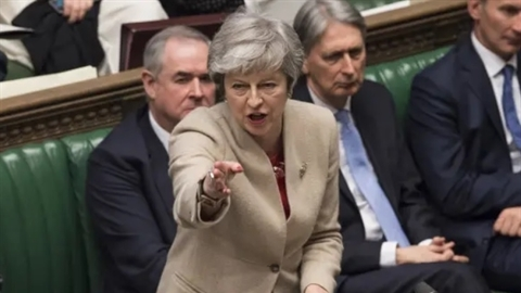 Kế hoạch Brexit bị bác, bà May khó chồng thêm khó...