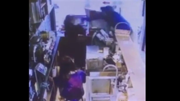 Không đổi được tiền lẻ, cầm gạch đánh 2 nữ nhân viên?