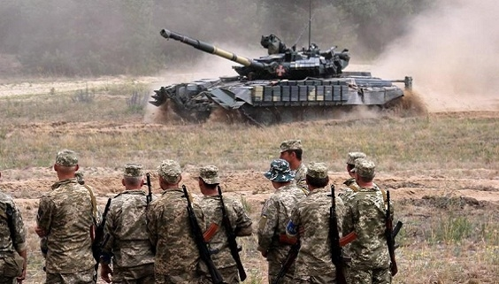 Ukraine dọa Nga: Sẽ mang xe tăng diễu binh ở Moscow