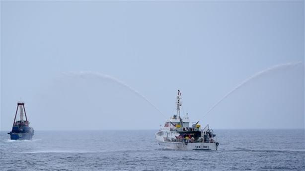 Kiểm ngư đuổi tàu cá nước ngoài ra khỏi Việt Nam