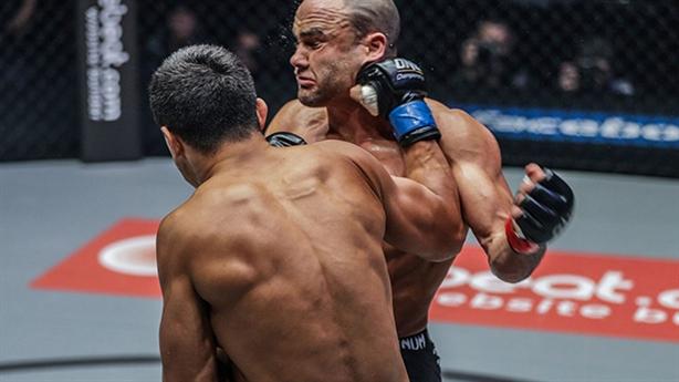 Võ sĩ từng tung hoành UFC bị hạ knock-out ngay hiệp đầu