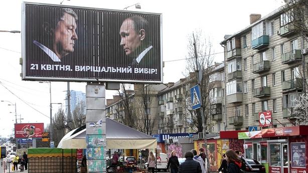 Ông Poroshenko sai lầm tranh cử, diễn viên hài tung đòn hiểm