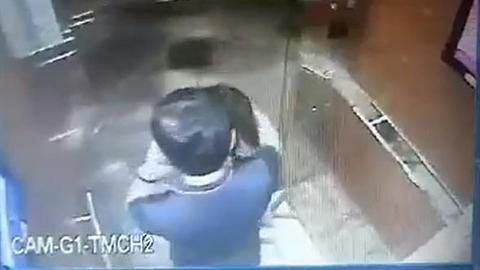 Sàm sỡ bé gái trong thang máy: Vẫn đề nghị khởi tố