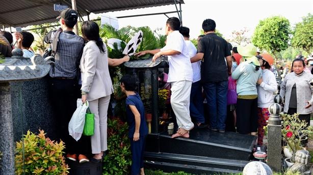 Đám đông leo lên bia mộ livestream lễ an táng Anh Vũ