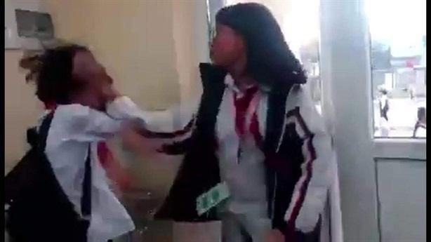 Nữ sinh bị giật tóc, đánh đấm túi bụi ngay trong lớp