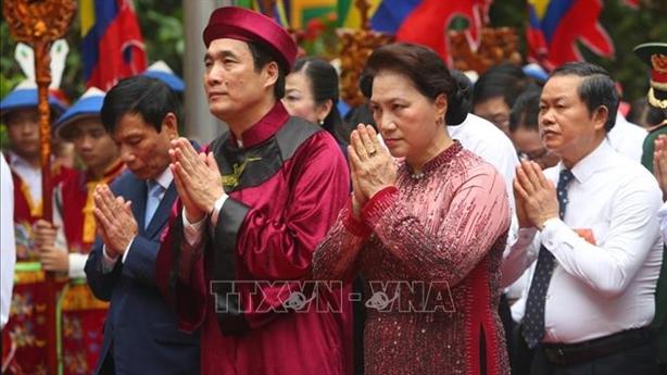 Chủ tịch Quốc hội dâng hương tưởng nhớ Vua Hùng