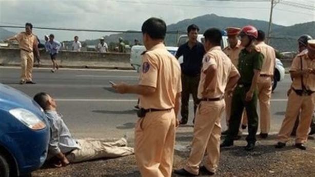 Camera ghi lại CSGT bị tài xế ôtô ép ngã tử vong