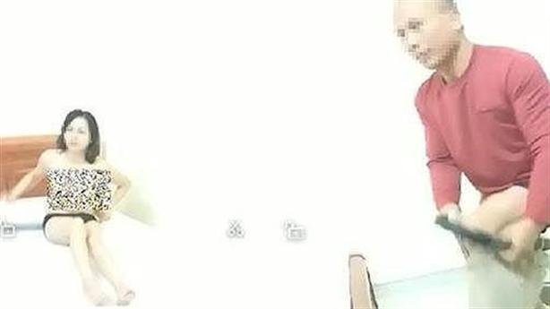 Giáo viên lõa thể ôm đồng nghiệp chữa bệnh: 'Lần thứ 3'