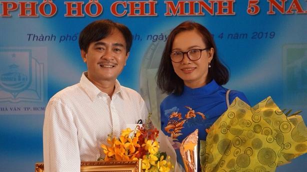 Nhà thơ Phan Hoàng nhận giải thưởng với Bước gió truyền kỳ
