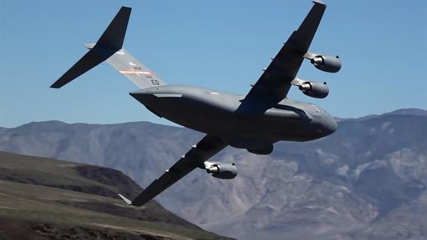 Vận tải hạng nặng C-17 Mỹ lạng lách qua các khe núi