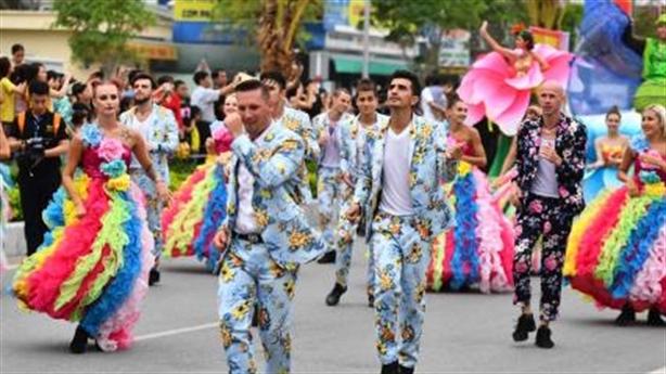 Hơn 200 nghệ sĩ diễu hành Carnaval bên bờ biển Bãi Cháy