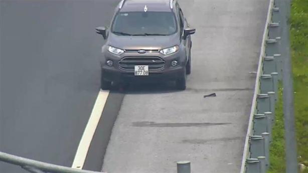 Lái xe bỏ chạy trước cảnh báo cấm đi ngược cao tốc