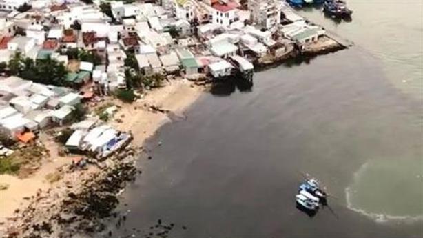 Nước thải đen ngòm đổ ra biển Đà Nẵng: Rất nguy hại!