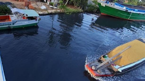 Vì sao Hậu Giang chưa báo cáo vụ dòng sông đen ngòm?