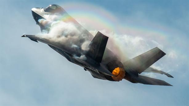 F-22 và F-35: Người khổng lồ chân đất sét!