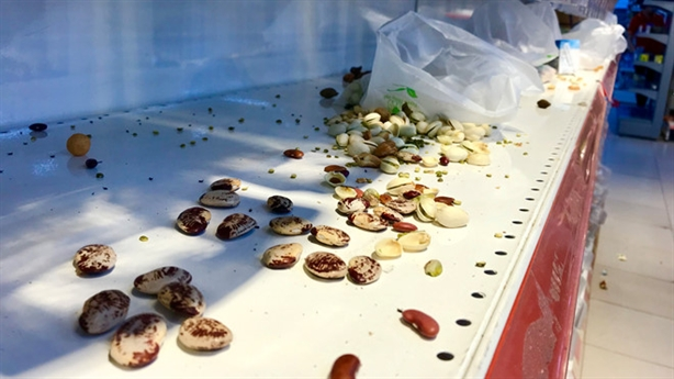 Vô tư vào siêu thị ăn, xả rác: Thu vén lợi nhỏ