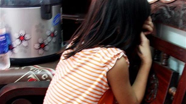 Con gái bị bạn của mẹ dâm ô trong lúc ngủ