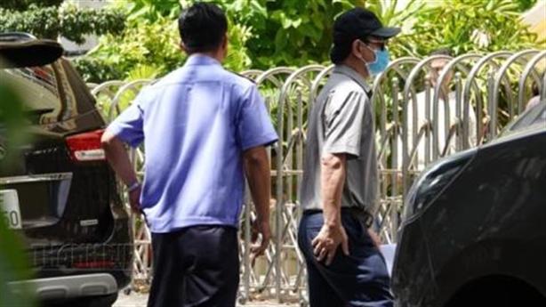 Ông Nguyễn Hữu Linh đeo khẩu trang đến tòa