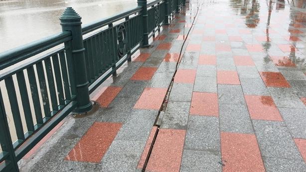 Bờ kè sông Tam Bạc lún nứt: Cố tình để thế?