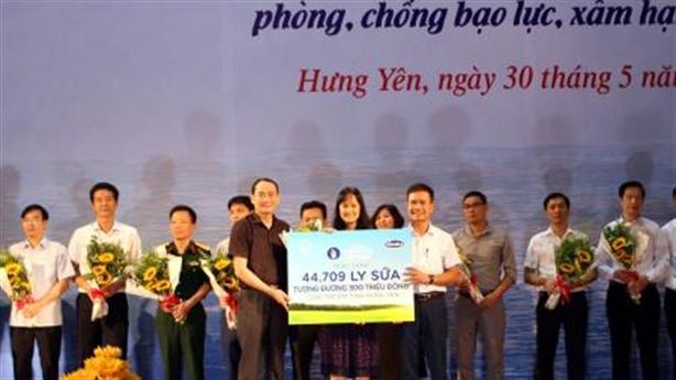 Vinamilk trao tặng 44.709 ly sữa cho trẻ em tỉnh Hưng Yên