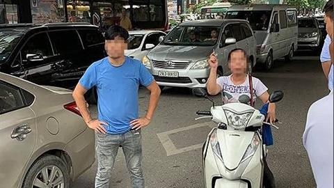 Va chạm giao thông, người phụ nữ đuổi theo ném gạch ôtô?