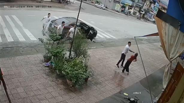 Thiếu phụ một mình đẩy lui 4 gã đàn ông lực lưỡng...
