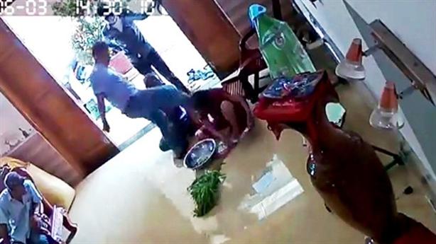 Camera ghi lại nhóm côn đồ đánh người phụ nữ dã man