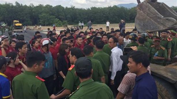 Hàng trăm người chống đối lực lượng cưỡng chế dự án ma