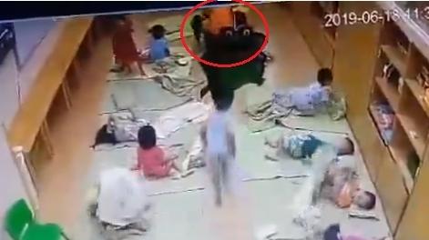 Cô giáo tát bé 3 tuổi tụ máu:Bế vào góc khuất để...