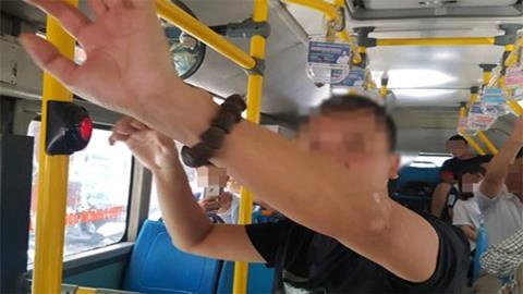 Giao công an kẻ thủ dâm trên xe bus đông người