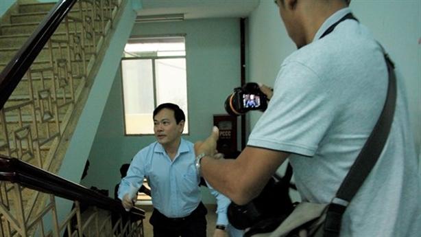 Xe hơi đưa ông Nguyễn Hữu Linh đến hầu tòa
