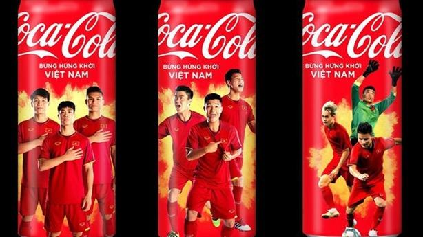 Tranh cãi tuýt còi mở lon Coca Cola
