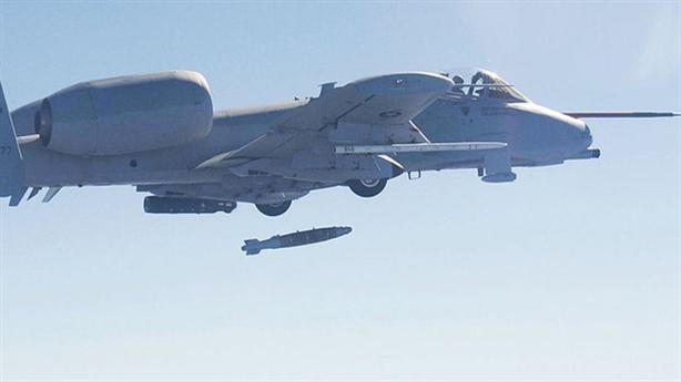 Cường kích A-10 rơi 3 quả bom vì va vào chim