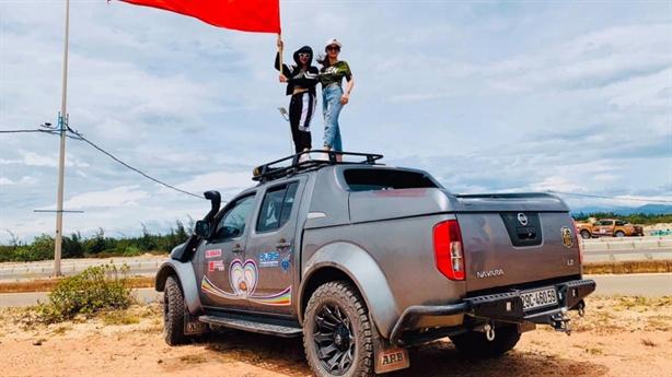 Hội bán tải Nissan ngăn đường đua xe: Xử lý thế nào?