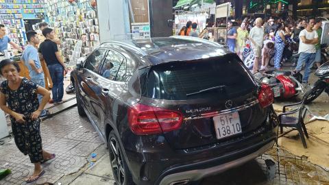 Nữ tài xế Mercedes tông loạt người: Đi giày cao gót
