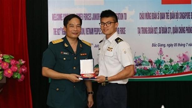 Sĩ quan trẻ Singapore ngưỡng mộ trung đoàn Su-30MK2 Việt Nam