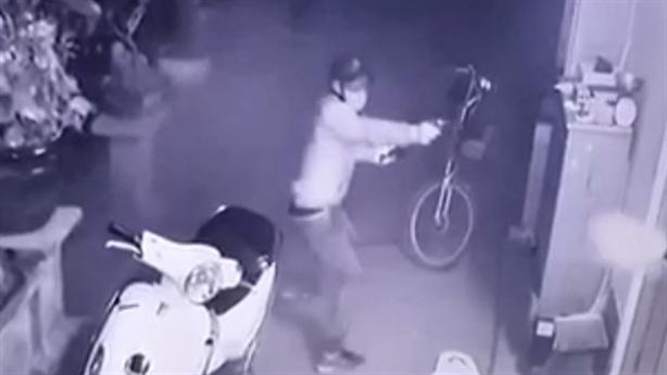 Camera ghi lại vụ băng trộm chích roi điện con chủ nhà