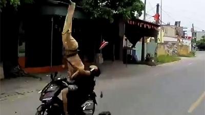 CSGT bị xe máy tông trực diện giờ ra sao?