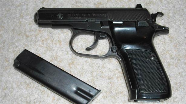 Công an phường vào phòng chỉ huy lấy súng mang bán online