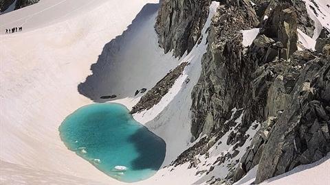 Đỉnh Alps tuyết phủ xuất hiện hồ nước: Sự thật báo động